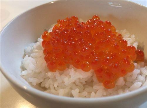 北海道産極旨いくら醤油漬けをご飯にのせて食べる